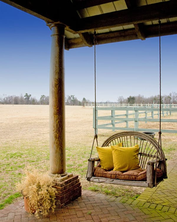 Front porch swings for summer bliss page 5 of 5 for Farmhouse porch swing