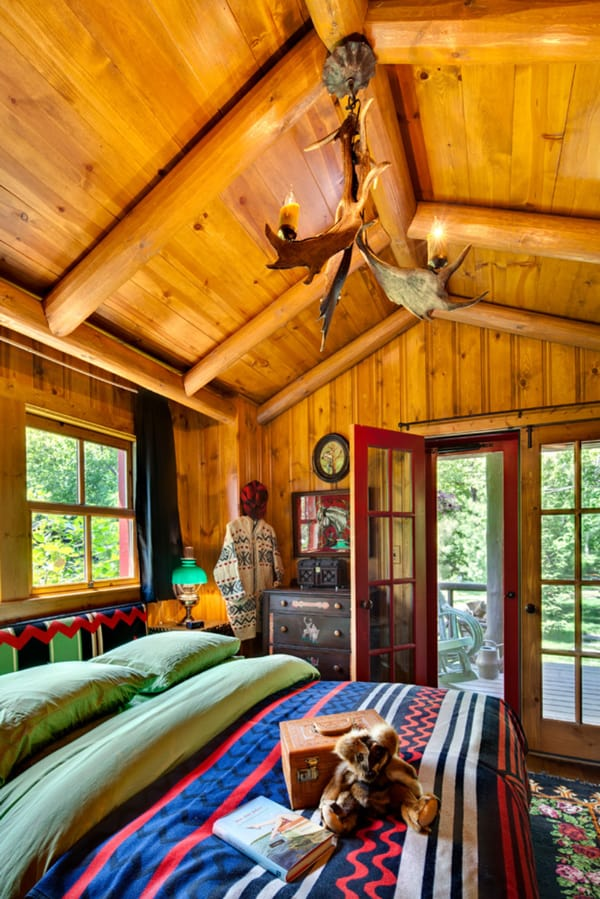 bedroom-with-antler-light